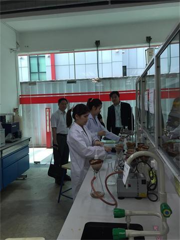 思特雅大学生物及化学工程系学生的试验室